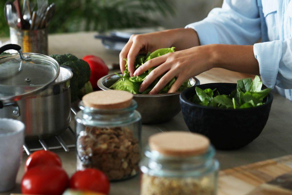 Hogyan varázsolhatsz egytál ételt a salátádból?